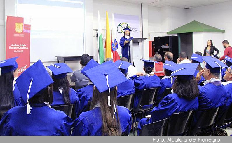 Photo of 35 comerciantes estacionarios de San Antonio de Pereira se graduaron del Máster de Negocios en la calle