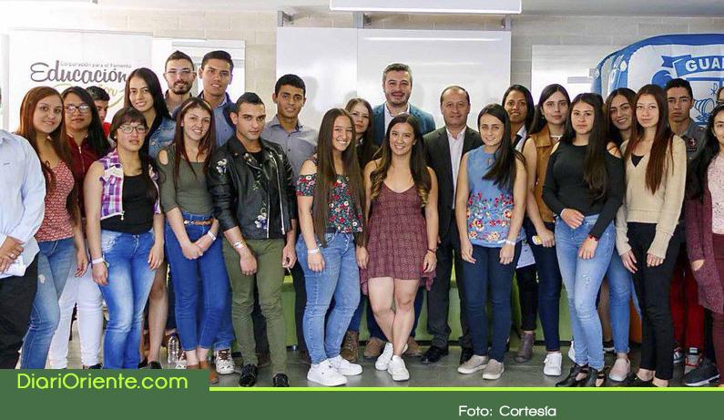 Photo of Entregan becas a estudiantes de Guarne y Rionegro