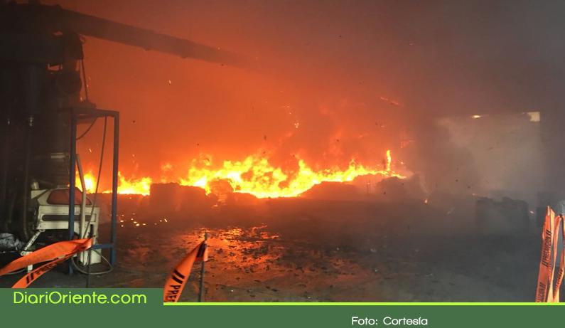 Photo of Incendio de gran magnitud consumió fábrica recicladora de llantas