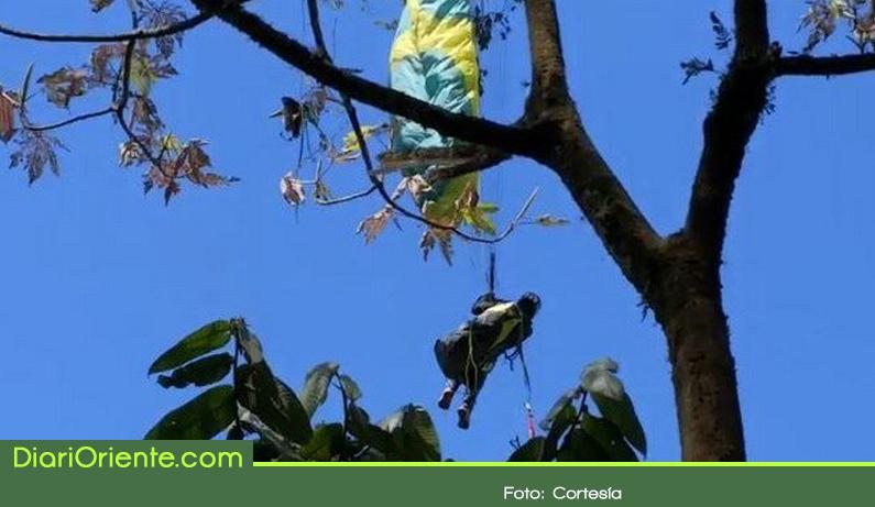 Photo of Cuatro horas tardó el rescate de un parapentista en Cocorná