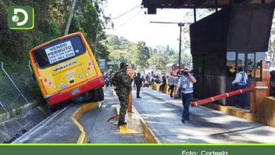 Photo of Autopista: Buseta de Guarne se queda sin frenos y choca contra el peaje de Copacabana