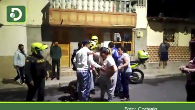Photo of La Ceja: Video muestra enfrentamiento entre Policía y la comunidad, tras procedimiento de captura