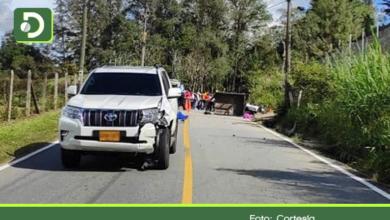 Photo of Choque de carro y motocarga deja una persona muerta en la vía Peñol – Guatapé